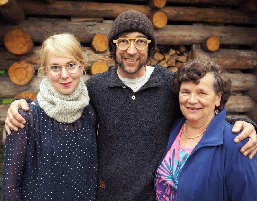 Nelliina tapasi Myssyfarmilla tilan isäntäparin Anne ja Janne Rauhansuun sekä myssymummo Terttu Kallion.
