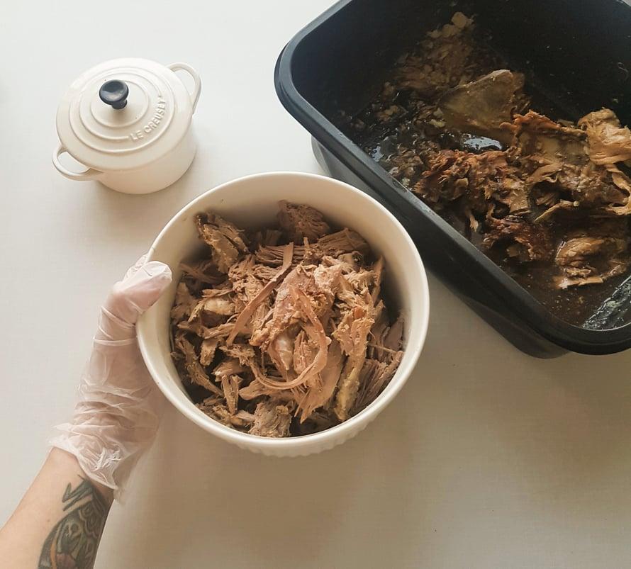 Tähän reseptiin sopii parhaiten ylikypsä, revitty liha; sisältä roseeksi paistettu karitsa on paras syödä ohuesti viipaloituna leivän välissä esimerkiksi sinapin kera. Täytteeseen laitoin lampaan lihanlisäksikarpaloita, hapankaalia ja mausteita.
