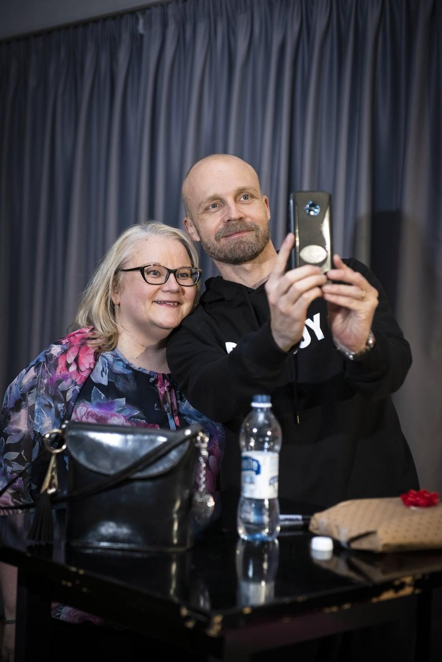 Kodin Kuvalehti Sirpan mukana Juha Tapion keikalla. Juha ottaa Sirpan puhelimella taas yhden yhteiskuvan heistä, koska on selfieiden ottamisessa Sirpaa taitavampi.