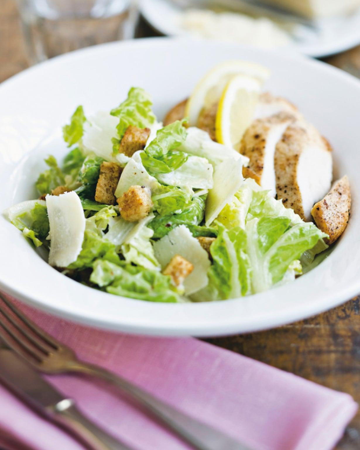 Caesarsalaatti sopii lisäkkeeksi kanalle, lohelle ja katkaravuille.