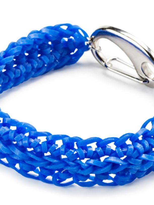 Rannekoruun tarvitset pussillisen sinisiä Loom Bands -kumirenkaita, 3 korurengasta ja korulukon.