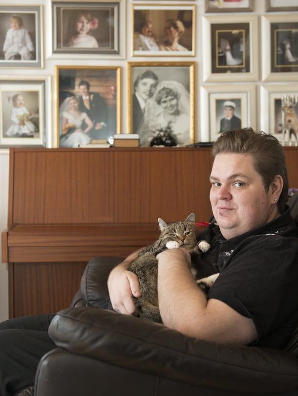 Puhelinmyyjä Tuomo Paasovaara, 34, asuu lapsuudenkodissaan Oulussa ja rakastaa kaikkea kaunista.