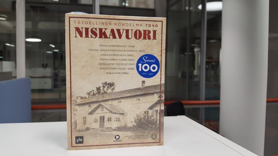 Dvd-boksi sisältää kaikki seitsemän Niskavuori-elokuvaa. Vanhin on vuodelta 1938, uusin vuosimallia 1984.