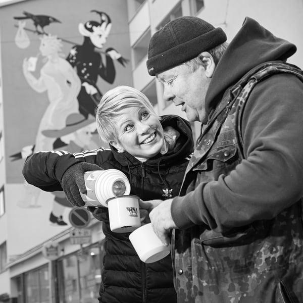 Kun ruoka-apua jaetaan ulkona, on hyvä olla lämmikettä mukana. Sini tarjoaa Heikille termarikahvit Helsingin Kalliossa.