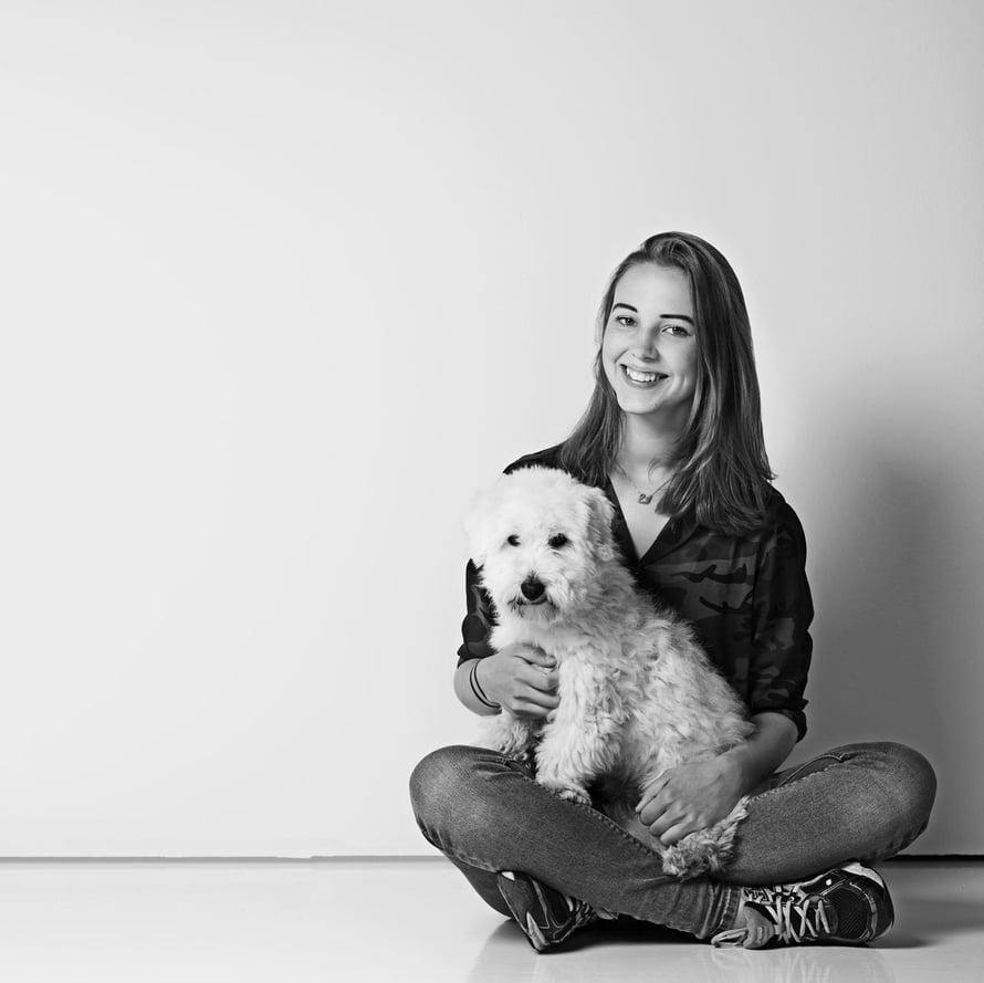 Serafina Eljaala käy lukiota ja asuu kahden koiransa kanssa palvelutalo Rudolfissa Helsingissä.