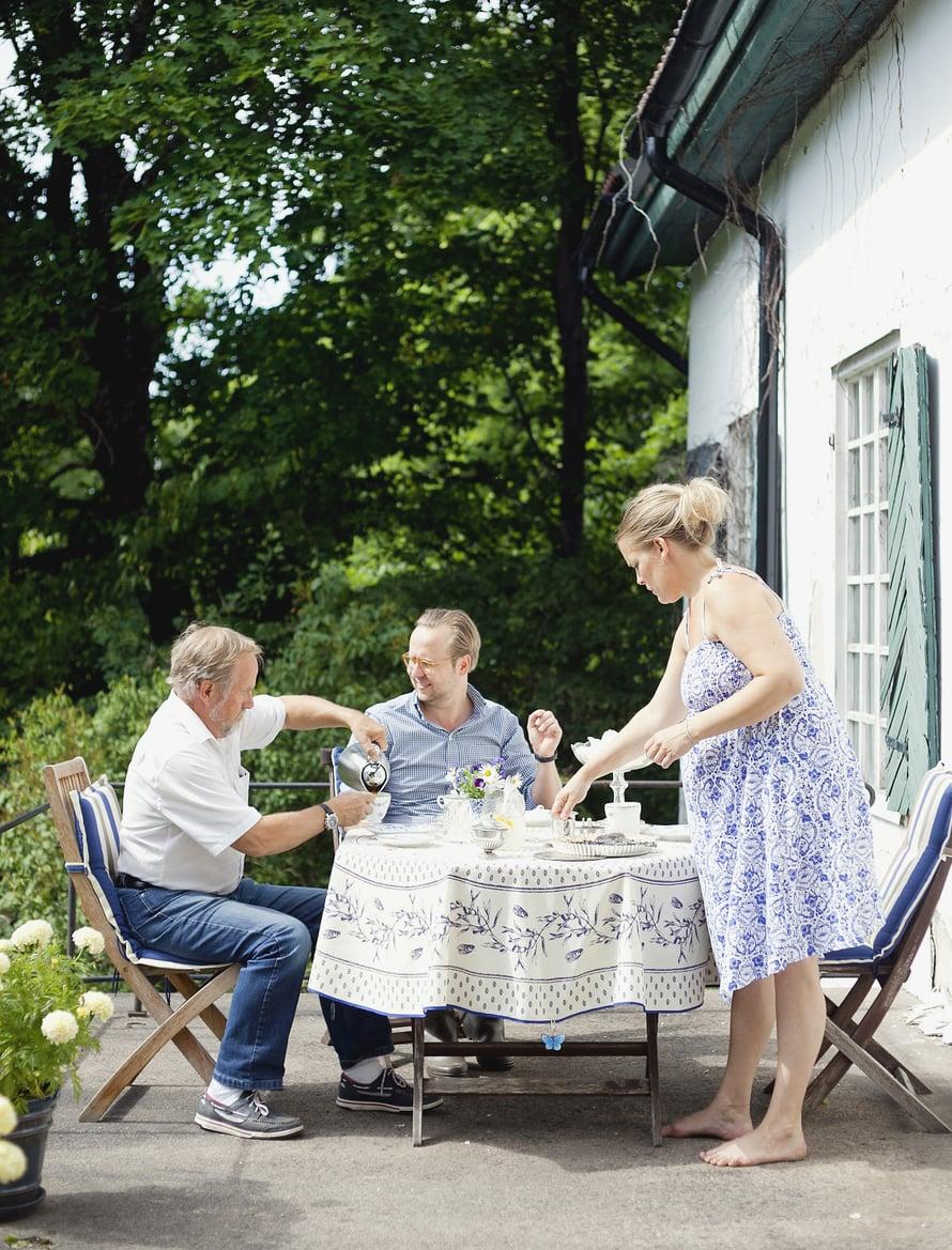 Patrick, Sofia ja Sofian isä Johan Lund (vas.) juovat terassilla iltapäiväkahvit mustikkapiirakan kera.