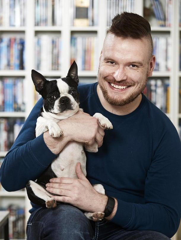 33-vuotias Jonas Pieninimi asuu vaimonsa Katin ja kahden koiran kanssa Vantaalla. Bostoninterrierit Wanda ja Sookie saivat nimensä elokuva- ja tv-sarjojen henkilöiltä. Jonas on työskennellyt hotelli- ja vakuutusalalla. Nyt hän haaveilee ammatista, jossa voisi auttaa mielenterveyden kanssa kamppailevia.