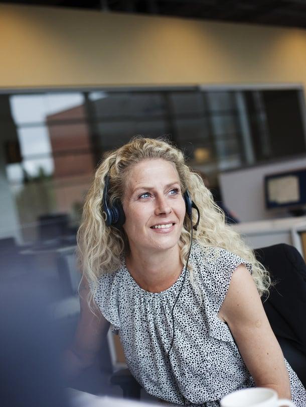 """Mian mielestä puhelinmyyjän työssä parasta ovat ihmiset. Hän toivottaa heille """"hyvää päivänjatkoa"""" työpäivänsä aikana yli sata kertaa."""