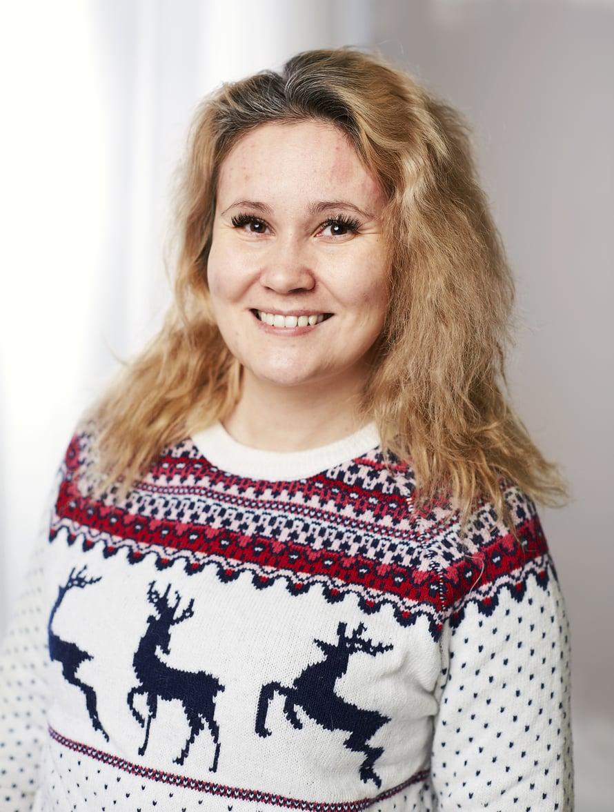 35-vuotias Sanna Saastamoinen asuu Haapavedellä ja opiskelee media-assistentiksi Kokkolassa. Hän toivoi KK:n muuttumisleikistä apua erityisesti hiuksiin, iholle ja huuliin.