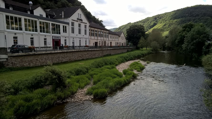 Dagernovan viinikompleksi sijaitsee aivan piskuisen Ahr- joen rannalla.