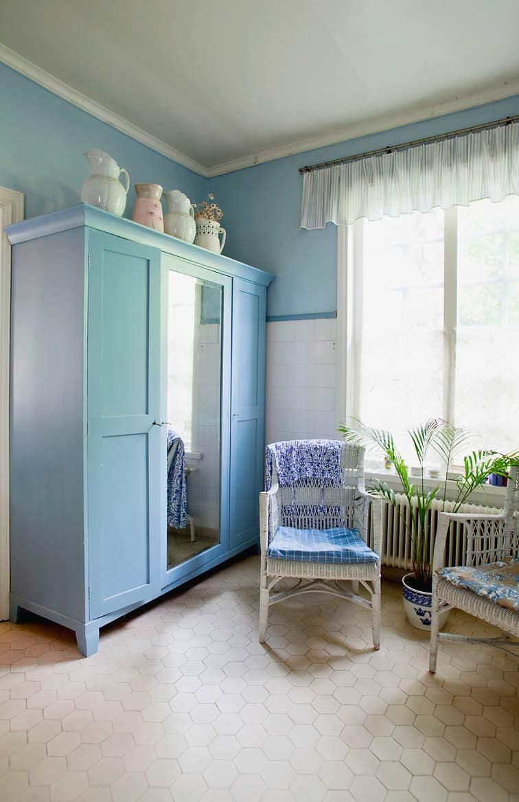 Kylpyhuone on rauhoittavan vaaleansininen. Sen alkuperäinen viehätys on säilytetty.