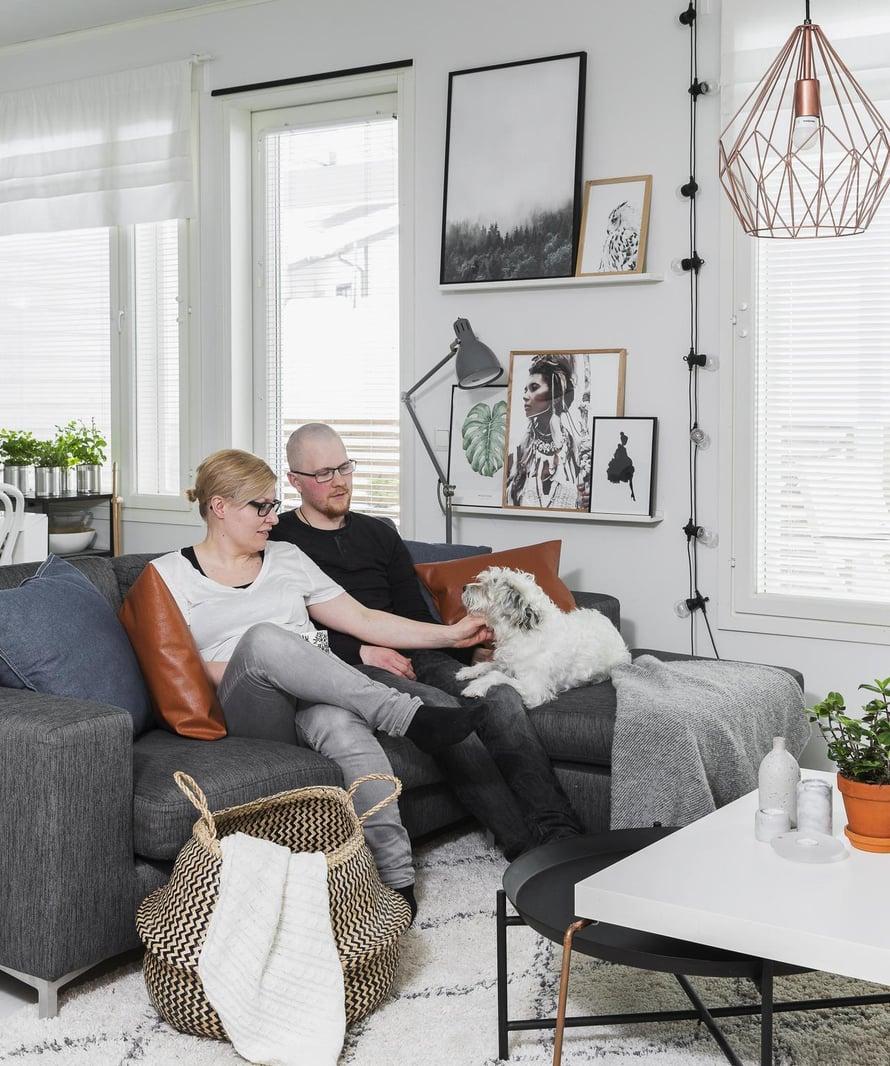 Marian ja Juhiksen kromijalkainen sohvapöytä on itse suunniteltu ja nikkaroitu. Sohva on Askosta.