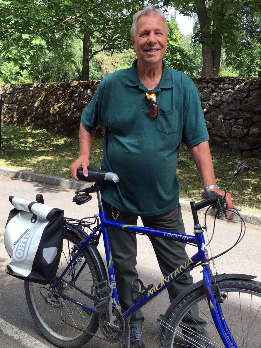 Redin kulkuväline on polkupyörä. Sillä hän pyöräilee Munkkiniemestä tyttärensä luokse Ruoholahteen ja ruokaostoksille Hakaniemeen.