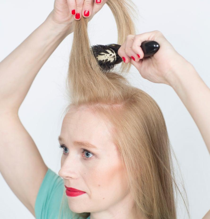 Ponnari syntyy näin: Erottele kammalla päälaelle hevosenkengän muotoinen osio. Suihkauta hiuksiin pitoa antavaa hiuspuuteria ja tupeeraa hiusosion tyvi pehmeällä harjalla.