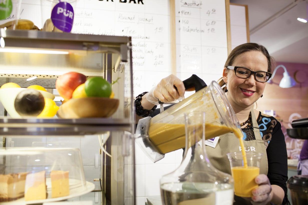 Ravitsemusterapeutti Hanna Huttunen, 43, neuvoo asiakkailleen terveellistä ruokavaliota. Hän päätyi uudelle uralleen luovuttuaan sokerista terveyssyistä.