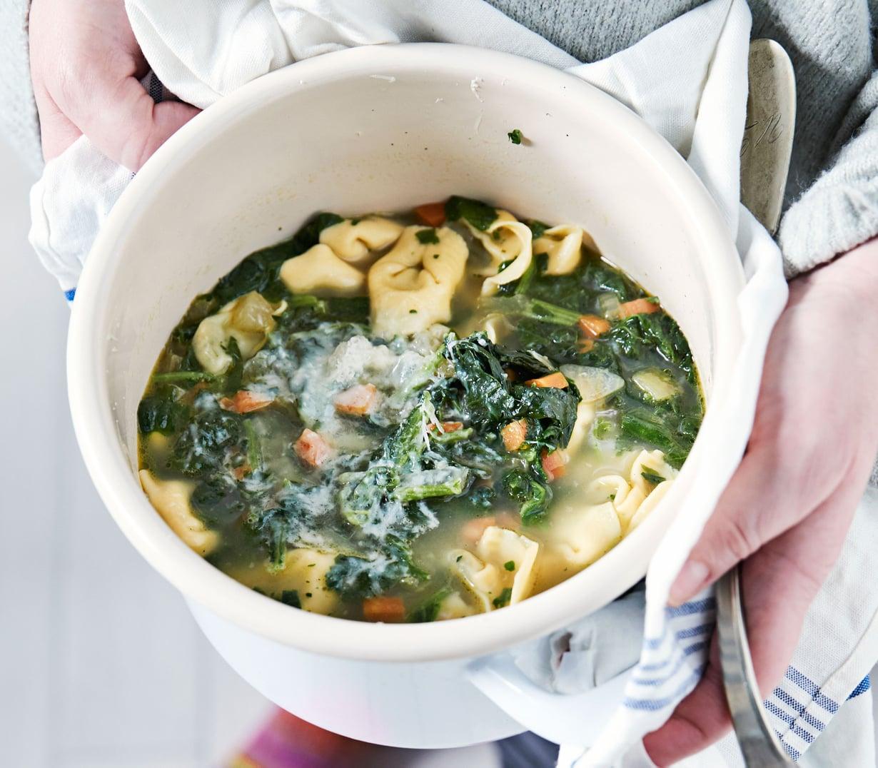 Joka kokki valitsee keittoon lempitortellininsa ja raastaa lopuksi päälle reippaasti parmesaania.