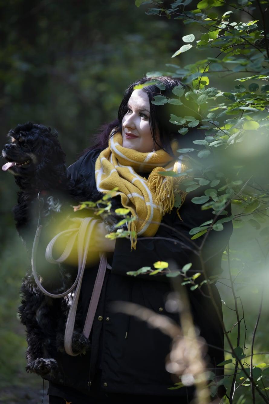 30-vuotias Tiia Manninen asuu Jämsänkoskella rivitalokaksiossa Alma-koiransa kanssa. Hän haaveilee omasta ponista tai hevosesta ja tykkää kirjoittaa paperille ajatuksiaan ja tunnelmiaan, runojakin.