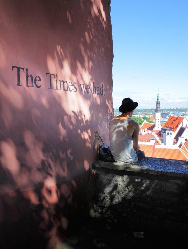 Nouse mukulakivikatuja Toompean mäelle, ja näet maiseman yli Tallinnan vanhan kaupungin.