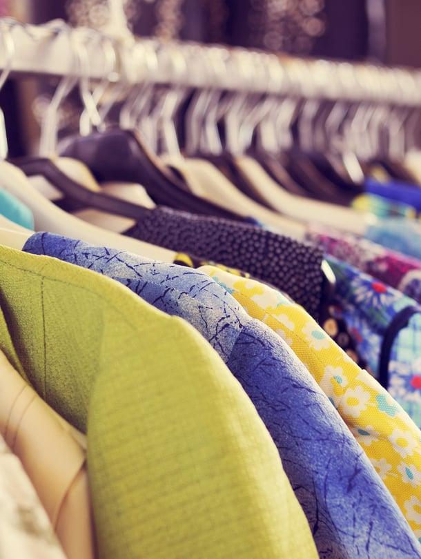 Vanhoista vaatteista luopuminen on vaikeaa, jos niihin liittyy muistoja. Yllättävää kyllä, kipeistä muistoista voi olla vaikeampi luopua kuin onnellisista.