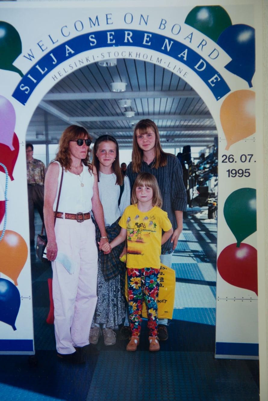 Tyttöjen yhteinen laivareissu vuonna 1995.
