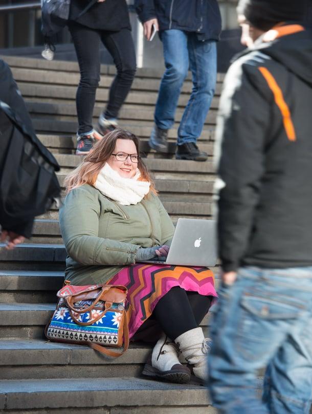 """Freelancer-moderaattori Saga Raippalinna pystyy tekemään töitä missä tahansa. """"Jos olen jonkin talon palveluksessa, pysyn toimistossa toisten moderaattoreiden seurassa. Heidän kanssaan on hyvä pallotella ajatuksia, kun tulee hankala paikka."""""""