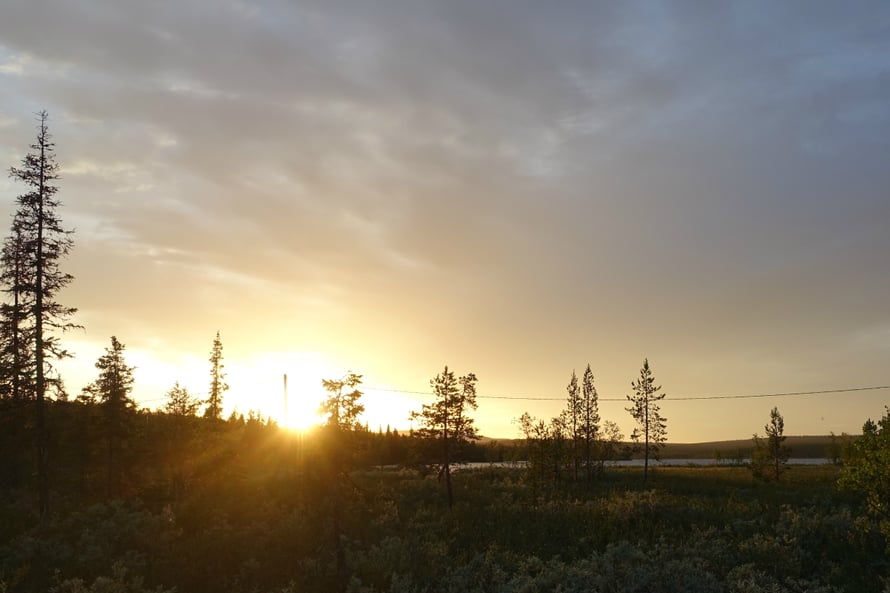 Auringonkehä oli kauneimmillaan puoli kahdelta yöllä.