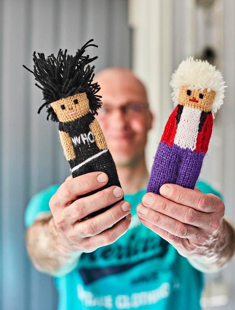 Juhalla on yhä tallessa joitain fanien antamia lahjoja kuten nämä virkatut Keijo Q ja Neumann.