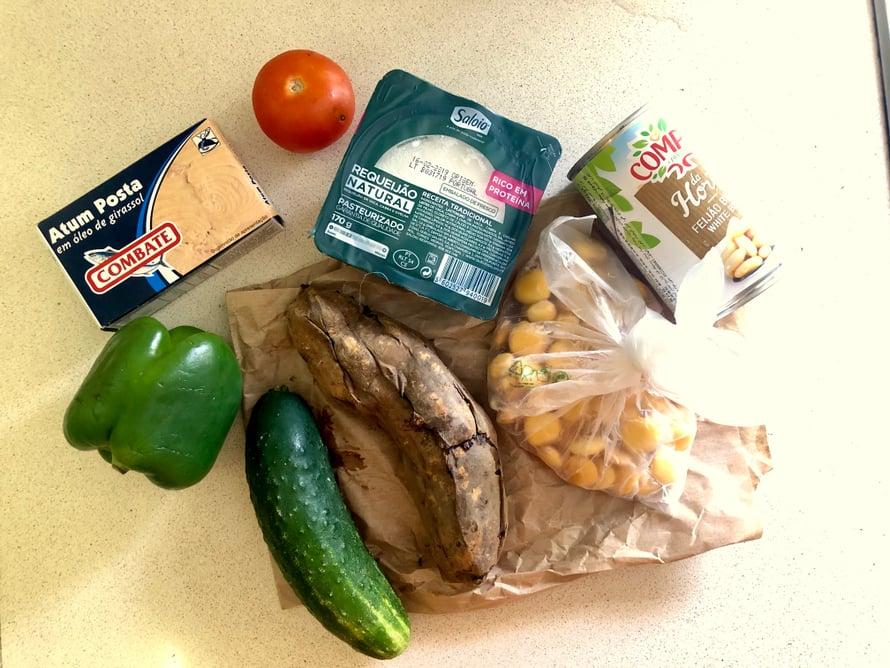 Nämä ainekset maksoivat marketissa 5 €. Oli papuja, tonnikalaa, paikallista kotijuustoa ja vihanneksia sekä paahdettu bataatti.