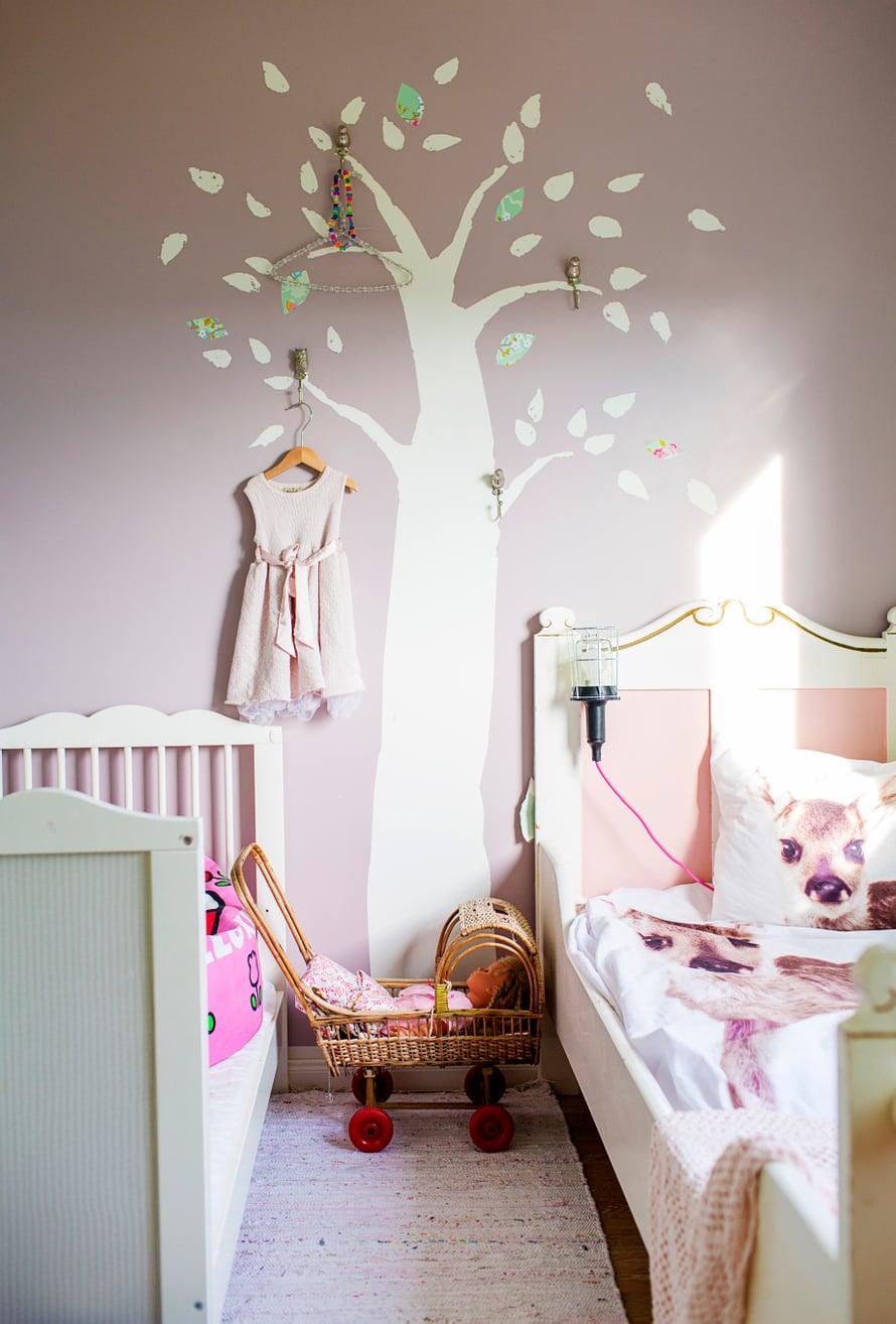 Ainon seinää koristaa satupuu. Oksien lomaan on sujauteltu koukkuja kauniiden asioiden ripustusta varten.