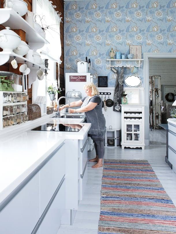 Keittiö on 80 neliömetrin kokoinen –  yhtä suuri kuin monen koti. Sininen tapetti on edellisten omistajien valitsema.