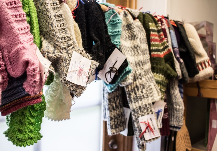Paikallisten taitajien villasukkia